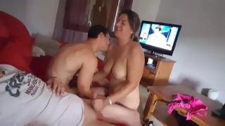 Mãe nua brincando com pai e filho na sala