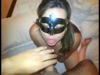 Mascarada pagando boquete amador e gostoso