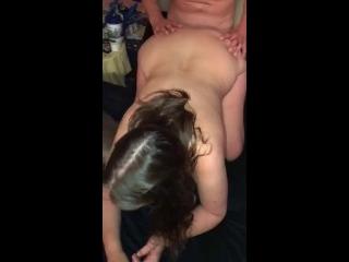 Amigo de corno comendo esposa dele no couro